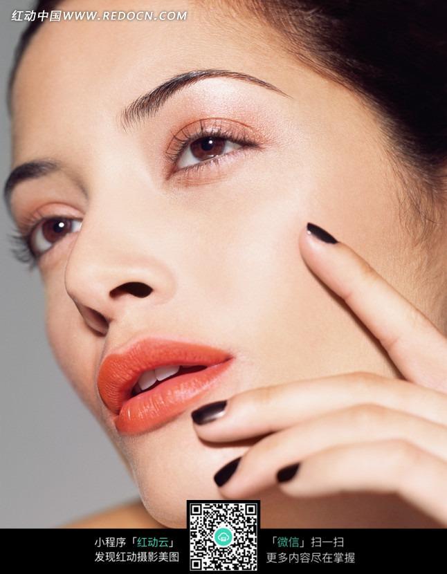 涂着黑指甲的欧美女子微侧脸特写图片
