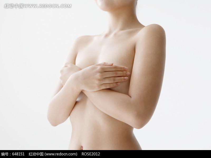 双手捂住胸部的半裸美女