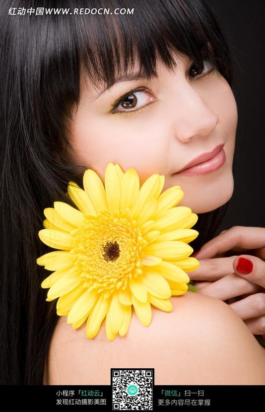 手拿黄色鲜花的女模特照片图片