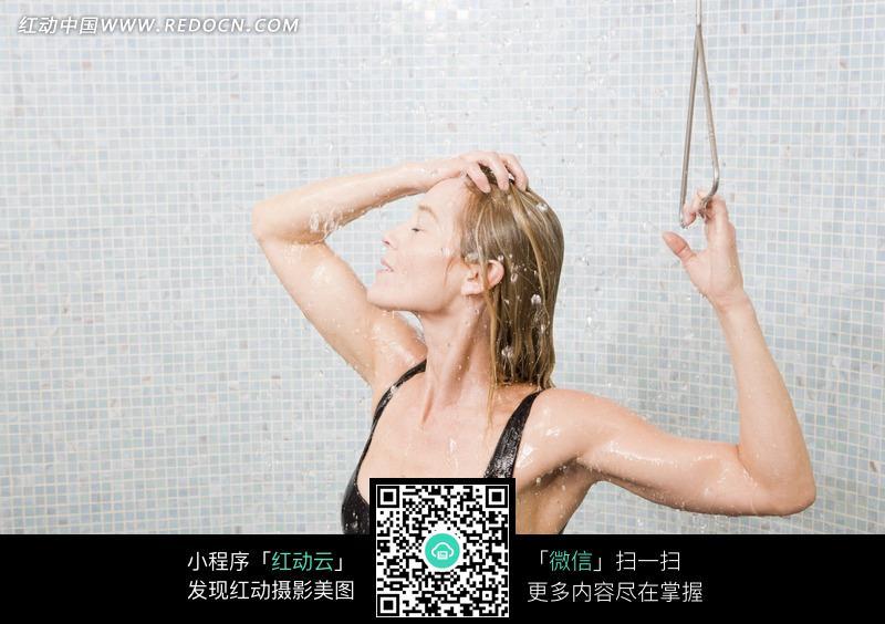 享受洗头的美女图片