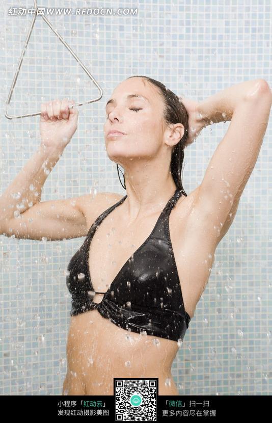 正在淋浴洗头的美女图片
