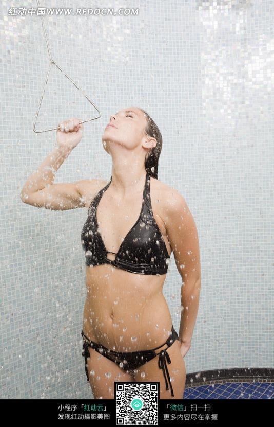 洗澡的美女图片_日常生活图片