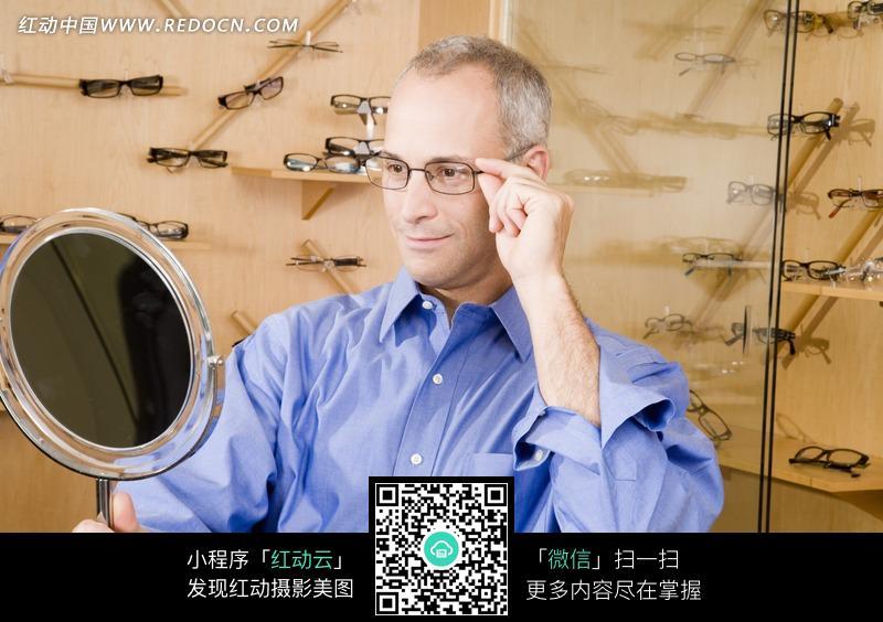 带眼镜男人生活照片