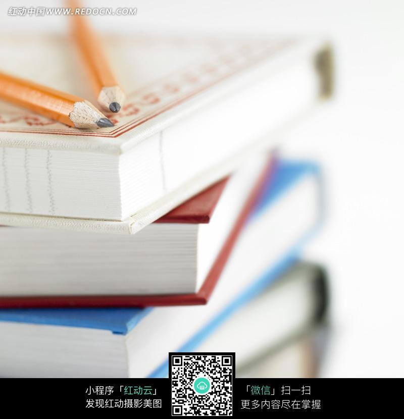 一摞书本笔记本和铅笔图片