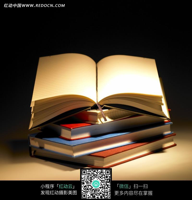 一摞书和翻开的书本图片