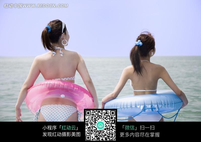 套着救生圈下海游泳的美女图片