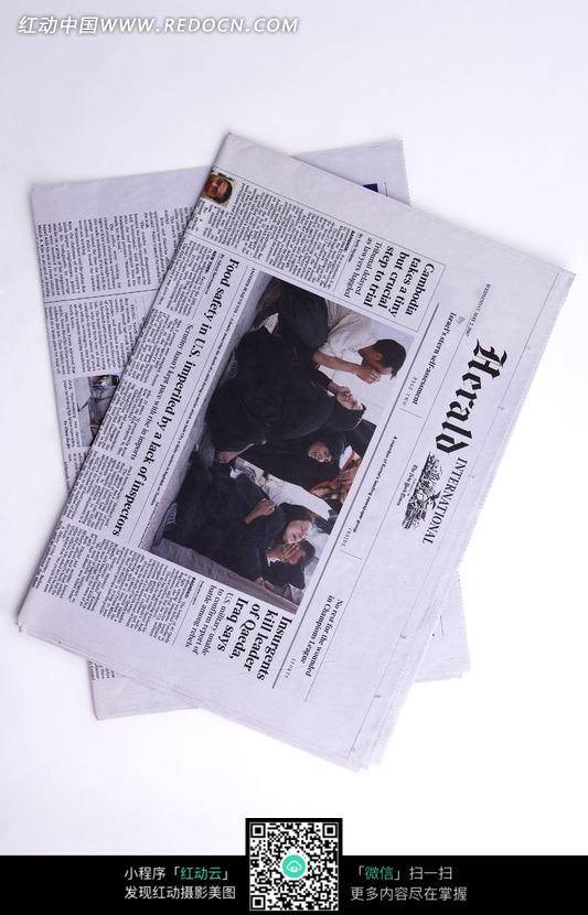 叠放在一起的报纸特写照片图片