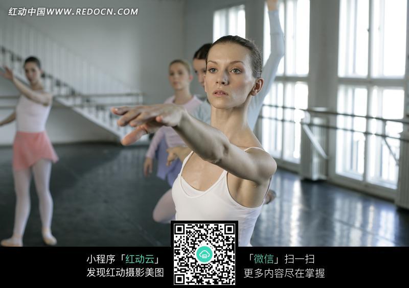 练习舞蹈的芭蕾舞美女图片