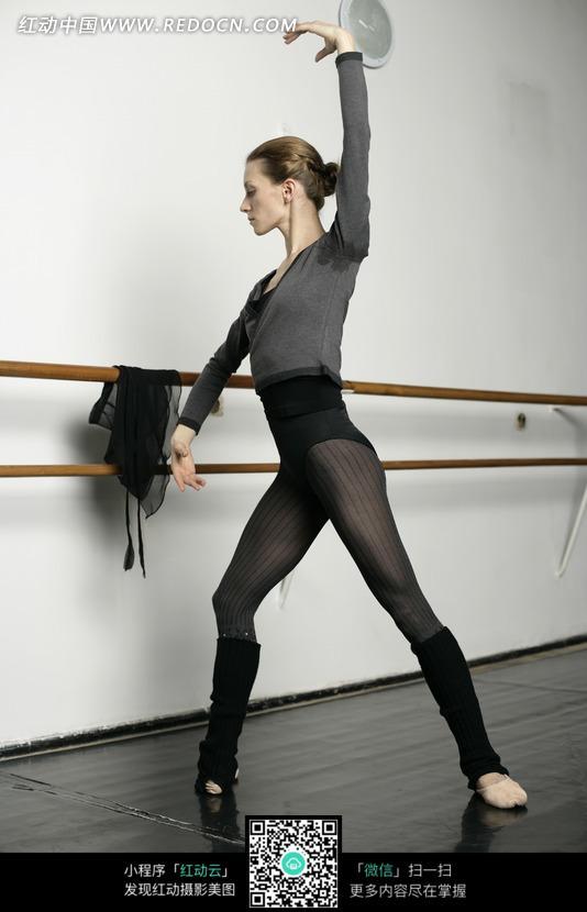 练习舞蹈的外国美女图片