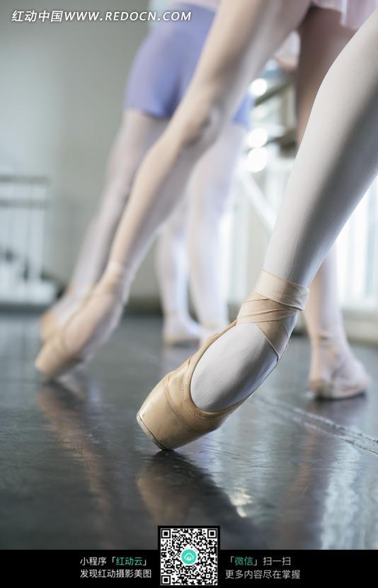 芭蕾舞练功的美女脚部特写图片 传统书画 吉祥