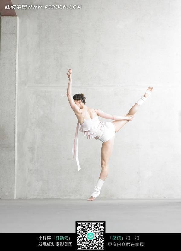 一个跳芭蕾舞的女孩