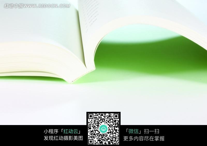 翻开的一本厚厚的书 高清图片