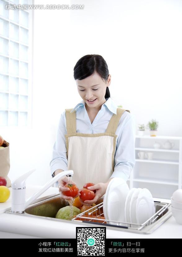洗西红柿的女人图片 女性女人图片