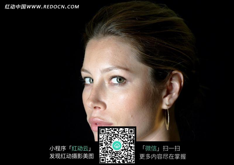 黑暗中的外国美女侧脸图片 女性女人图片