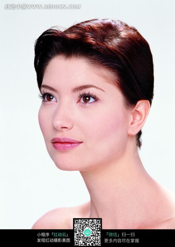 时尚短发美女的45°侧脸图片