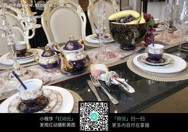 欧式家具餐桌上的豪华套装餐具布置效果图图片高清图片
