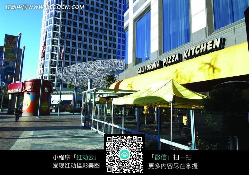 露天咖啡店前的欧洲街景图片图片
