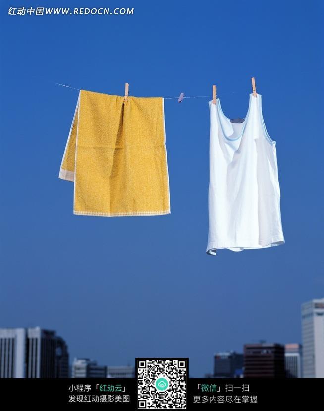 免费素材 图片素材 生活百科 其他 > 木头夹子夹着黄色毛巾与白色上衣
