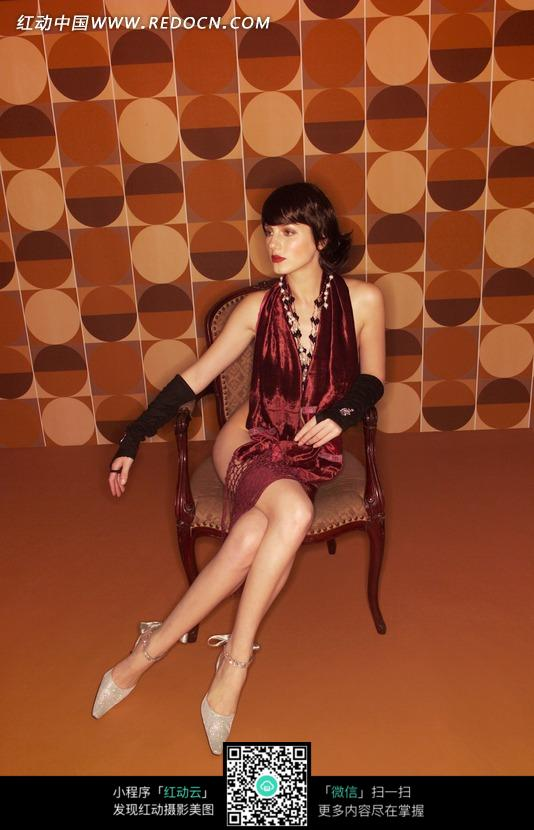 坐在椅子上穿酒红色衣服的女子图片_人体摄影图片