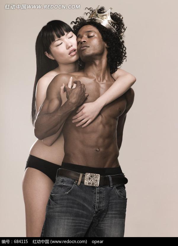 从背后拥住黑人男子的女子图片