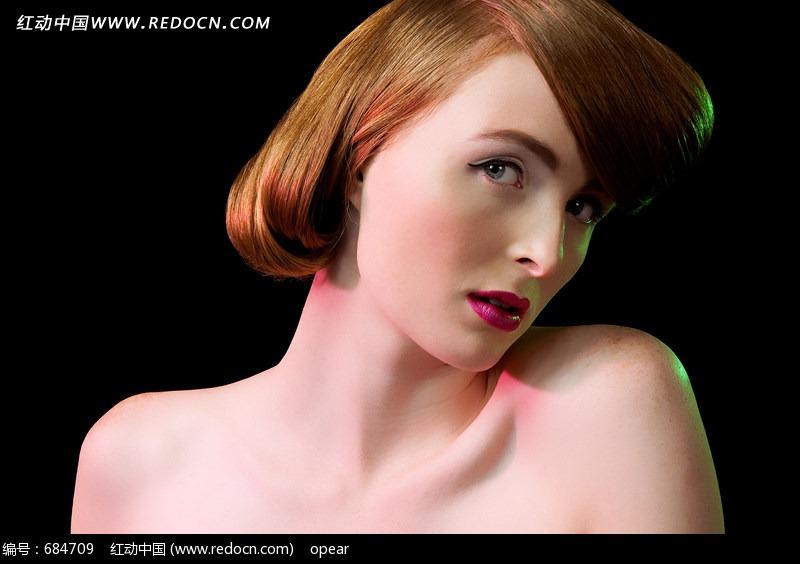 裸露上肩的扎发美女特写图片 人体摄影图片