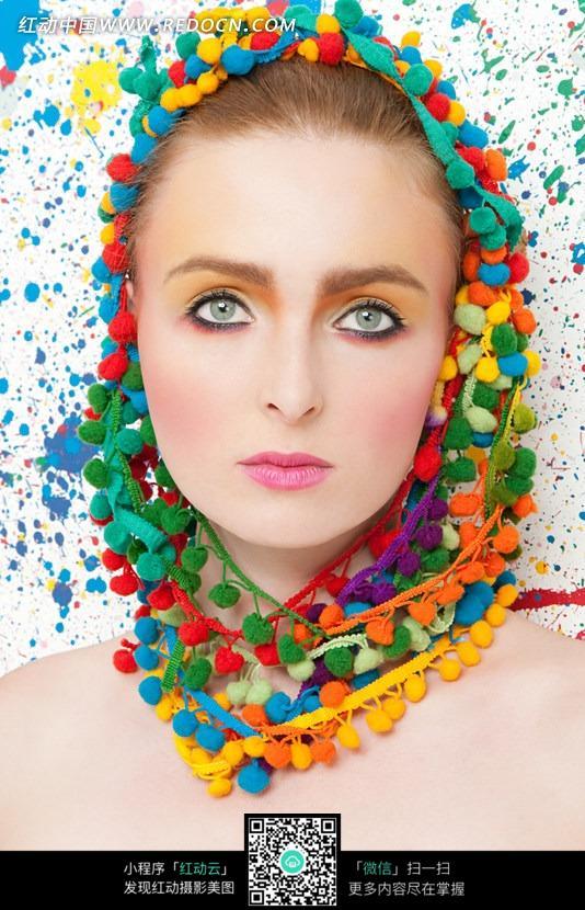 戴着彩色毛线织品的装饰物的女子  请您分享: 红动网提供人体摄影精美