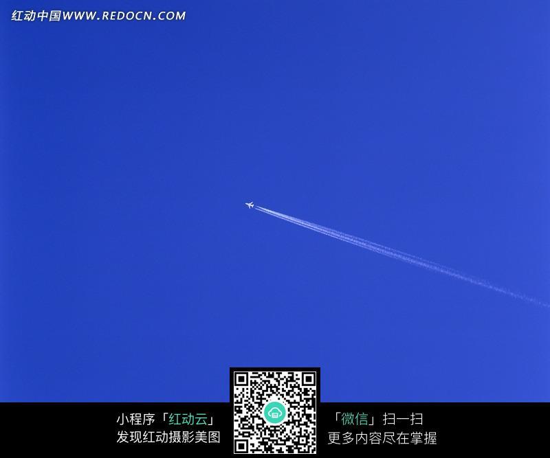飞机在蓝天上飞翔
