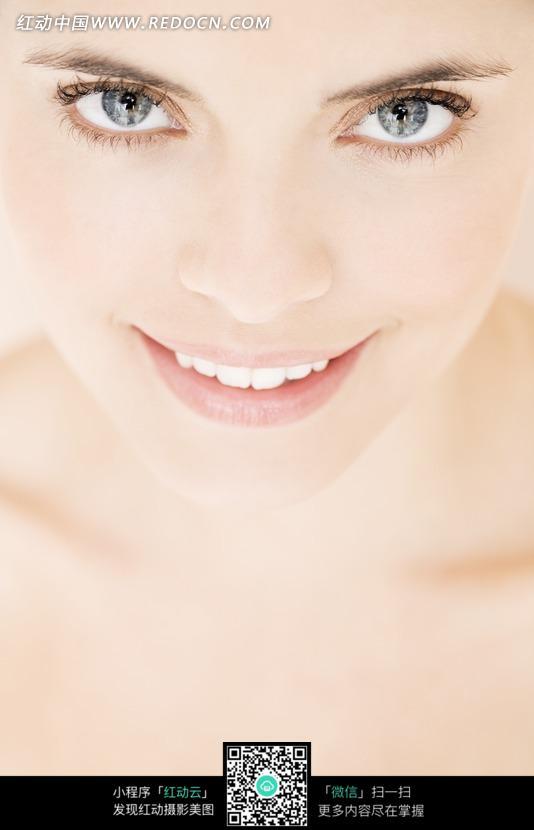 微笑的外国女模特脸部特写照片