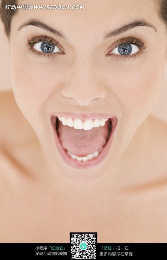 张大嘴巴的害怕的女子脸部特写图片 竖