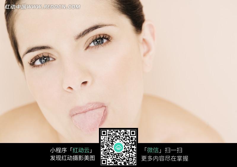 吐舌头的欧美女子图片 女性女人图片