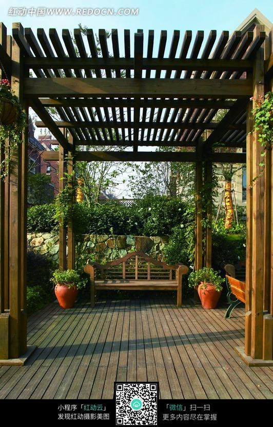 木棚里椅子和绿色盆栽图片