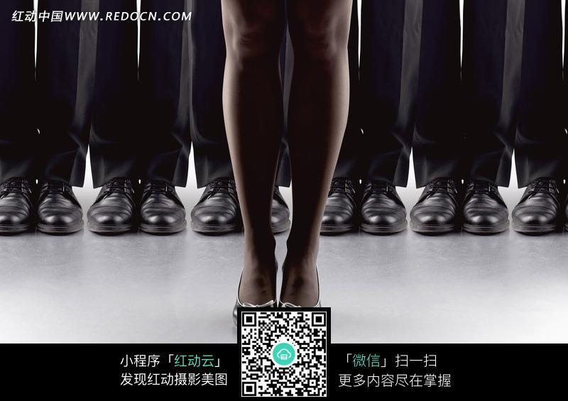 一对穿高跟鞋的女人脚在一排男人脚前面图片-