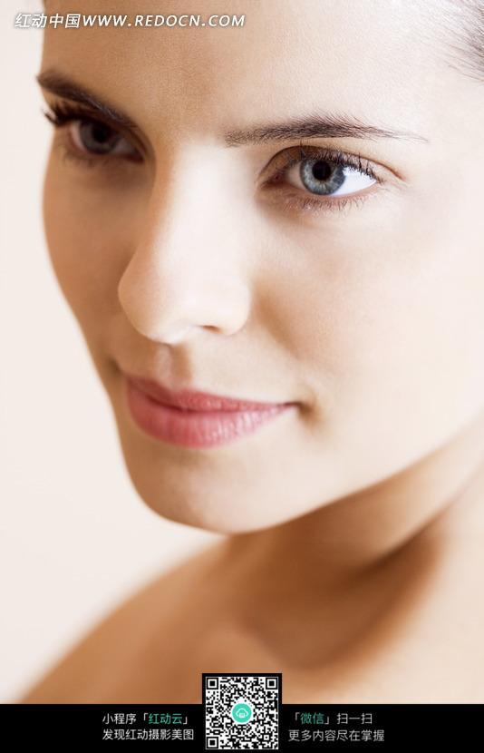 微笑的欧美女子45°侧脸特写图片