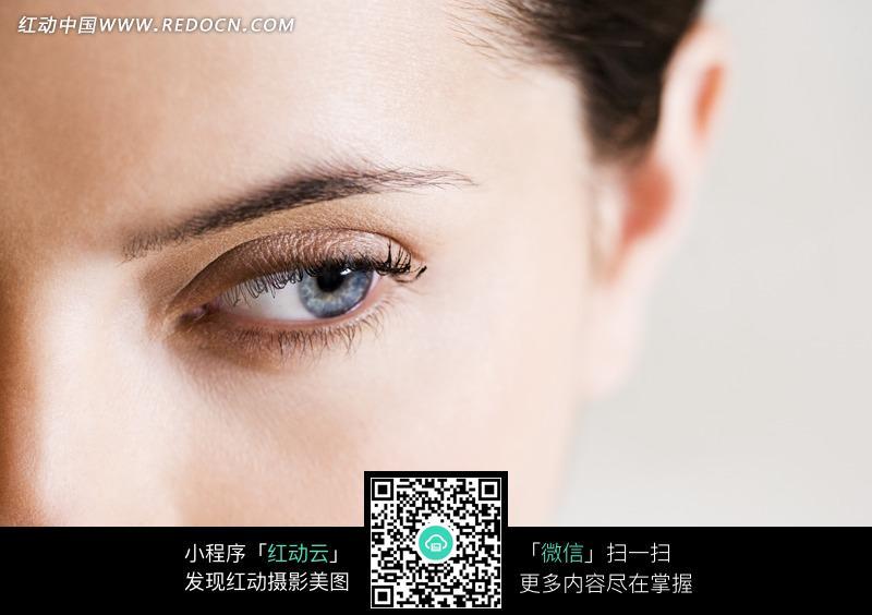 欧美女子微睁的蓝色眼睛特写