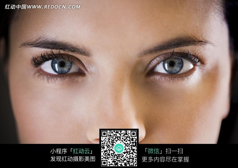 图片素材 人物图片 女性女人 > 蓝色眼睛的欧美女子的眼睛特写图片