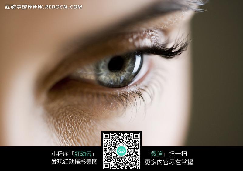 眼睛俯视的人物脸部特写