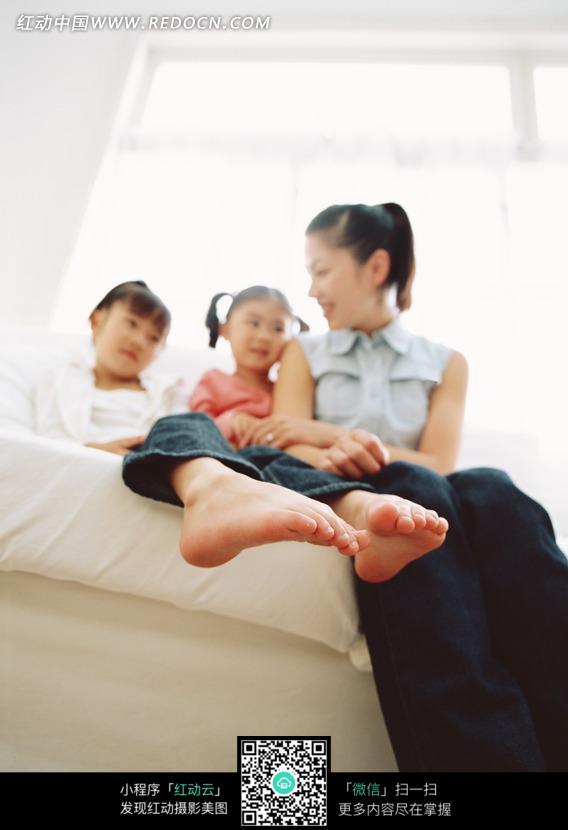 躺在沙发上的女孩的脚部特写图片 人物图片素