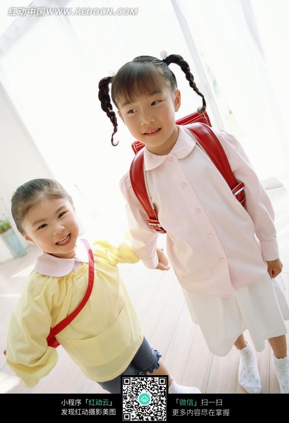 背书包上学的小女孩照片