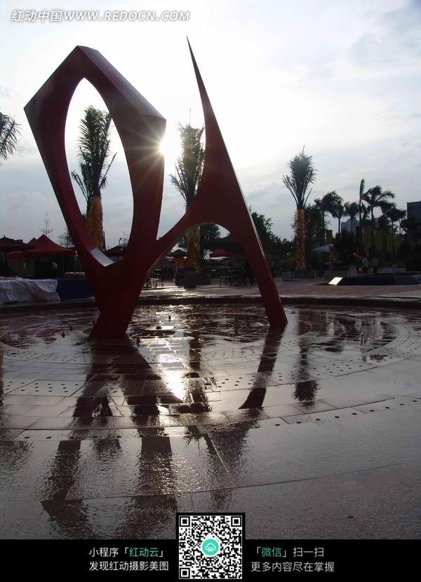 广场上的几何形雕塑图片
