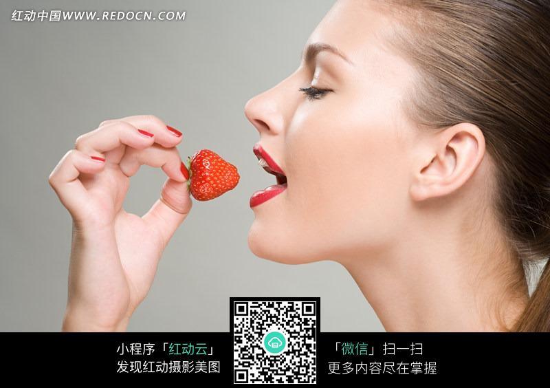 美女吃着草莓