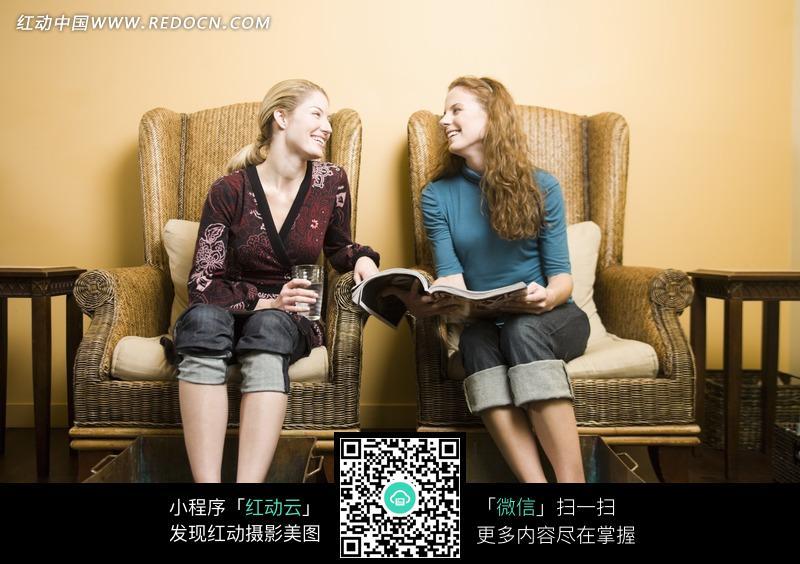 坐着浴足的女人手里拿着书本与酒杯图片