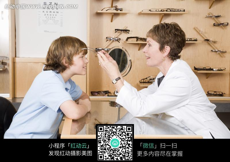 孩和女医生图片