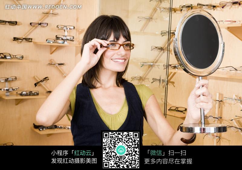 戴眼镜照镜子的女人图片