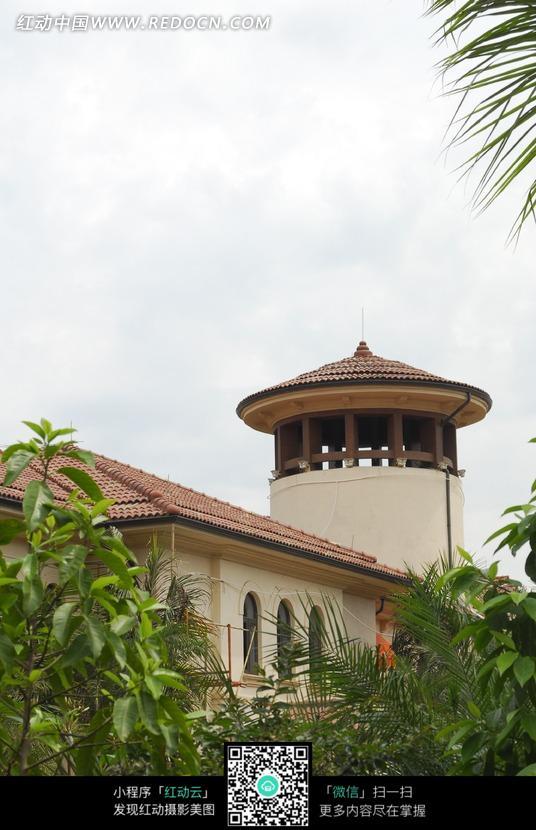 树木掩映中的屋顶铺瓦的欧式建筑物