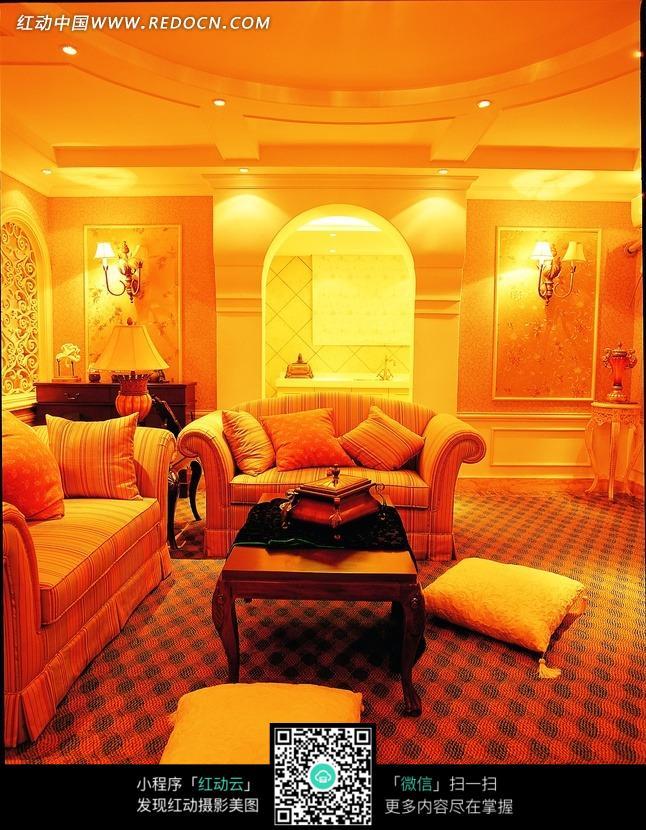 室内的条纹沙发和欧式茶几图片