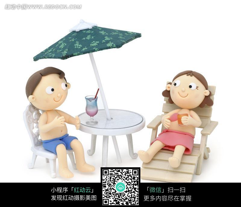 躺在椅子上的女子和坐在桌子旁的男子图片