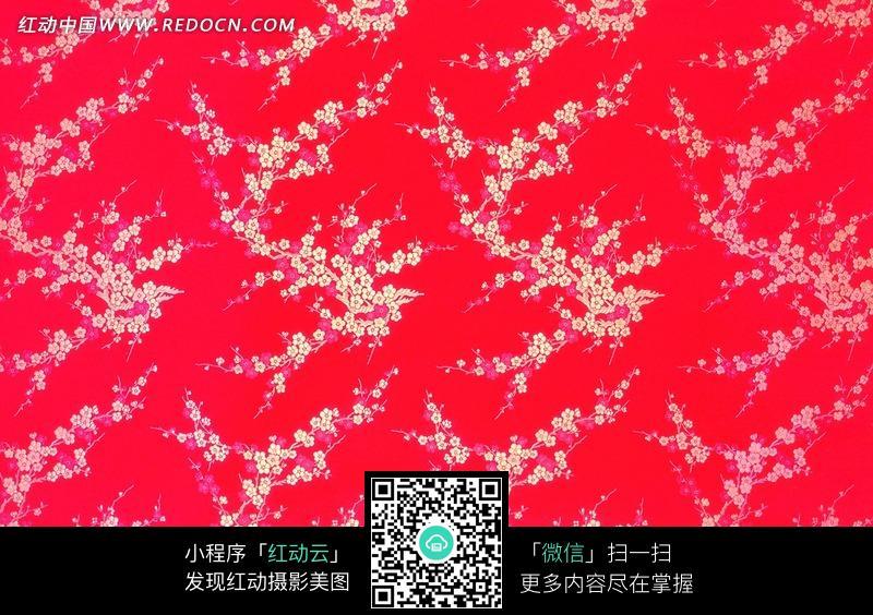 红底色背景上的梅花图案花纹墙纸图片