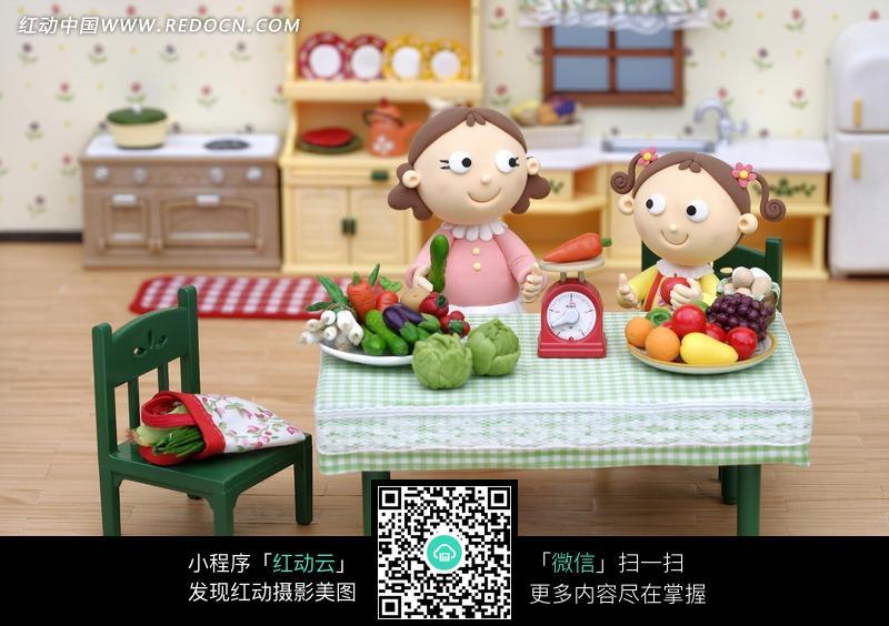吃水果的女孩和手拿黄瓜的女子