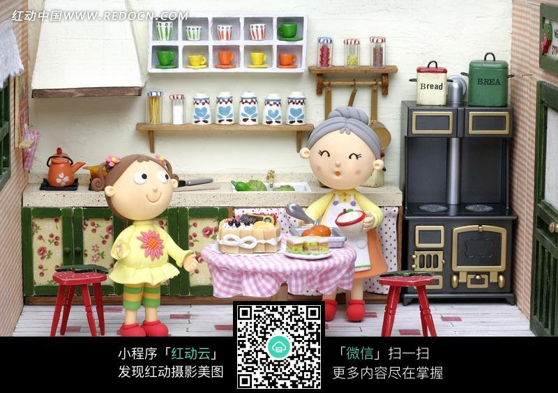 厨房里做饭的奶奶和女孩图片