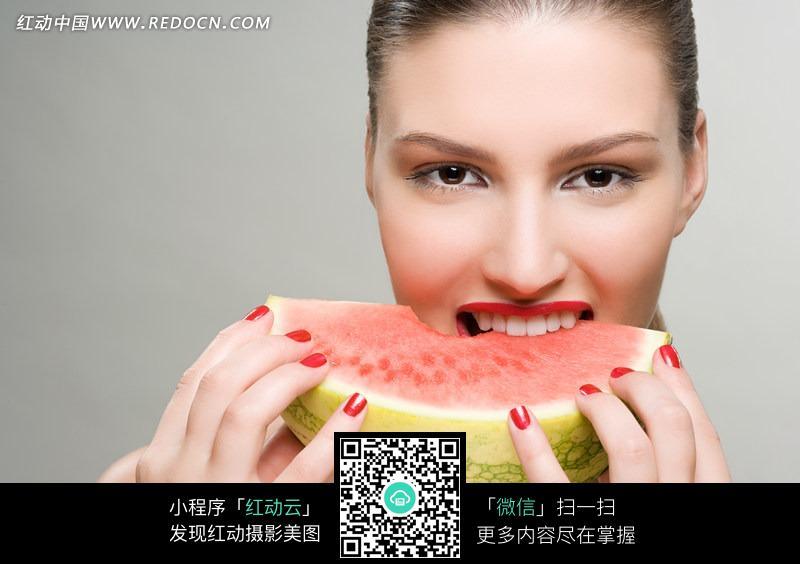 吃西瓜的美女图片 日常生活图片